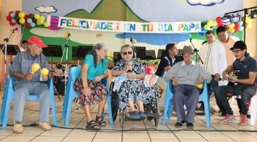 59 ADULTOS MAYORES DEL CAA SARA ZALDIVAR CELEBRAN EL DIA DEL PADRE