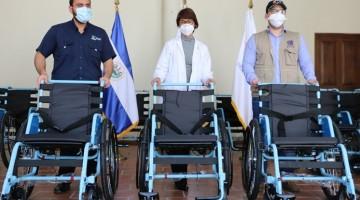 ADULTOS MAYORES RECIBEN DONACIÓN DE SILLAS DE RUEDAS